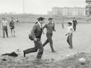 Pasolini jouant au football dans la banlieue de Rome, 1960