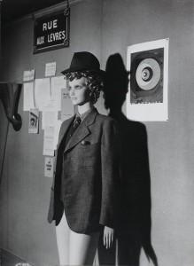 Mannequin de Marcel Duchamp dans la rue aux lèvres - Man Ray
