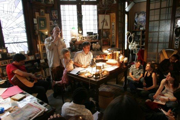 Un atelier d'écriture, à Reims, dans le cabinet des curiosités d'Éric Poindron