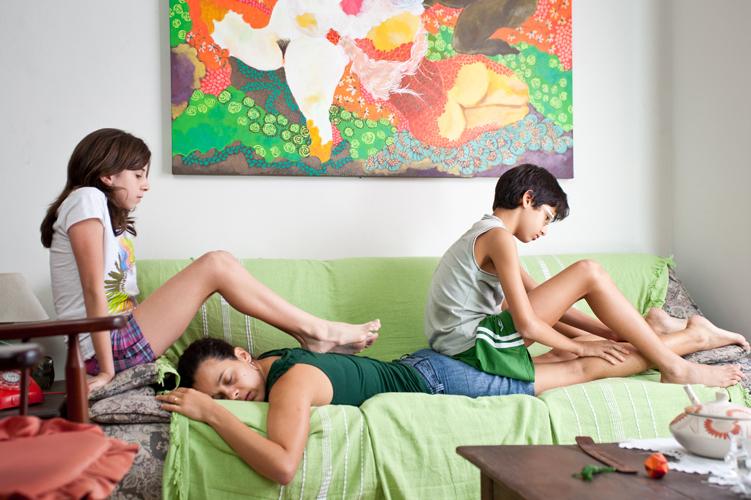Bia, femme au foyer, s'ennuie dans son bel appartement.
