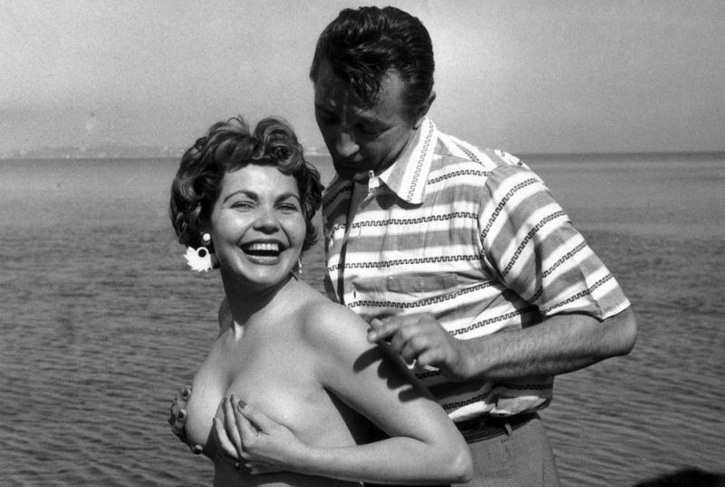 Simone Silva et Robert Mitchum déchaînent les photographes en 1954