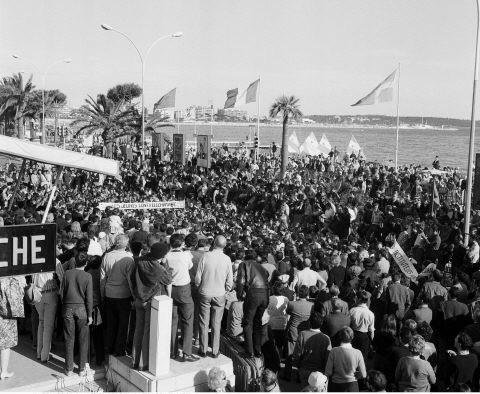 Manifestation devant le Palais des festivals de Cannes en mai 1968. © HUFFSCHMITT/SIPA
