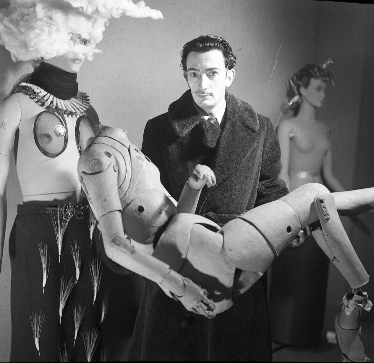 Dali tenant un mannequin, Denise Bellon