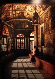 © Ferrante Ferranti. Moine priant dans l'exonarthex.