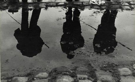 """Sabine Weiss, """"Bords de Seine"""", Paris, France, 1952 - Collection Centre Pompidou, Paris © Centre Pompidou, MNAM-CCI/Philippe Migeat/ Dist. RMN-GP © Sabine Weiss"""
